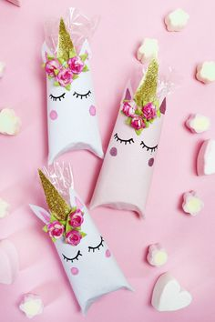 Einhorn Schachtel aus Klopapierrollen falten – DIY Geschenkverpackung Fold unicorn box out of toilet paper rolls – Fast DIY gift packaging! These boxes are really … Toilet Paper Roll Diy, Diy Paper, Paper Crafts, Diy Unicorn Party, Unicorn Crafts, Unicorn Surprise, Party Favors For Kids Birthday, Unicorn Birthday Parties, Party Favours