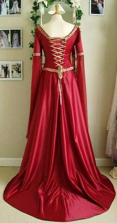 Longue robe médiéval victorienne en satin rouge avec ornements et laçage doré