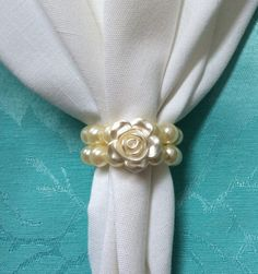 Maybe you could use cheap but pretty bracelets to put around the napkins - little girls will love to take them home! Napkin Origami, Napkin Folding, Cristian Dior, Burlap Table Runners, Diy Christmas Ornaments, Handmade Art, Event Decor, Decor Crafts, Napkin Rings