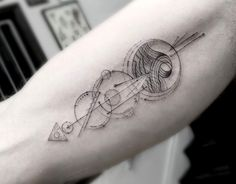 geometrisches Tattoo mit vielen Details am Oberarm