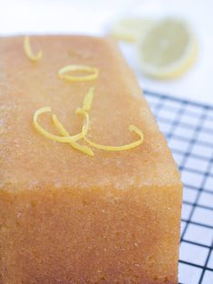 My ultimate lemon loaf recipe: a very lemony and moist bread. It can be topped with a lemon icing, or infused with a lemon syrup. Loaf Recipes, Easy Cake Recipes, Dessert Recipes, Lemon Desserts, Delicious Desserts, Lemon Syrup, Lemon Icing, Lemon Loaf, Diy Food