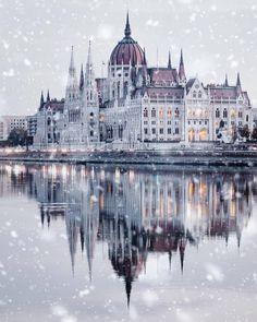 Top 10 Honeymoon Destinations In The World Os 10 melhores destinos para lua de mel no mundo Beautiful Castles, Beautiful Buildings, Beautiful Landscapes, Beautiful Places, Wonderful Places, Places To Travel, Places To Visit, Travel Destinations, Winter Destinations