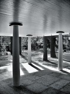 Cementerio Skogskyrkogarden; Erik Gunnar Asplund | azukarillo - 1920 Classical Architecture, Residential Architecture, Architecture Design, Nordic Classicism, Alvar Aalto, Columns, Arches, Landscape Photography, Facade