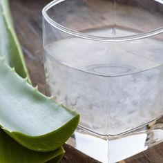 Drink Aloe Vera Juice Drinking small amounts of Aloe Vera juice can provide you with a ton of health benefits. Aloe Vera is super hydrating, which can give you softer and suppler skin. Acid Reflux Home Remedies, Home Remedies For Heartburn, Heartburn Relief, Relieve Constipation, Aloe Vera Gel, Reflux Gastrique, Aloe Barbadensis Miller, Stop Acid Reflux, Natural Remedies