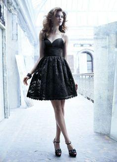 Musta pitsimekko on elegantin naisen valinta.