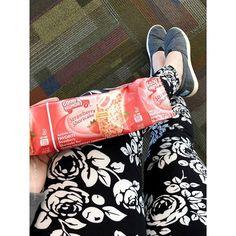 SMF>SEA  Pre flight snack! Thanks @agnesanddorarepchristiecooper for these pretty leggings!  . . #agnesanddorabyayano #agnesanddora #agnesanddoraleggings #leggings #legginglife #leggingsarepants #iflyalaska #thatsdarling #roses #spring #icecream #omnomnom #onlineshopping #aandd