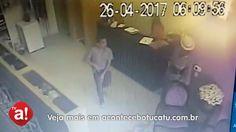 Homem assalta loja no centro de Botucatu, veja imagens - https://youtu.be/8ujcvjHHSaM  A Polícia Militar registrou na noite de terça-feira, dia 25, um caso de roubo a estabelecimento comercial na área central de Botucatu. O crime ocorreu em uma loja de roupa e acessórios na Rua Prudente de Morais.  A vítima é uma mulher de 26 anos, que estava no - https://acontecebotucatu.com.br/policia/homem-assalta-loja-no-centro-de-botucatu-veja-imagens/