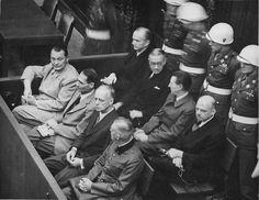 Juicios de Núremberg. Demandados en su muelle, circa 1945-1946.  (delante, de arriba a abajo): Hermann Göring, Rudolf Heß, Joachim von Ribbentrop, Wilhelm Keitel.  (detrás, de arriba a abajo): Karl Dönitz, Erich Raeder, Baldur von Schirach, Fritz Sauckel.
