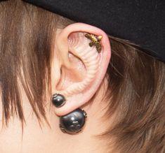 Кара Делевинь вставила импланты в уши