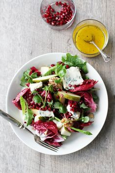 A simple and modern Christmas salad is made with pears pomegranate radicchio gorgonzola and walnuts and mustard vinaigrette (in Finnish) Salad Recipes Healthy Lunch, Salad Recipes For Dinner, Wine Recipes, Whole Food Recipes, Pesco Vegetarian, Pomegranate Recipes, Food Inspiration, Food Videos, Food Photography