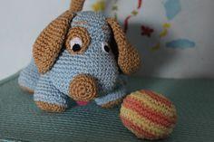 Cane che gioca con la palla. Schema free Crochet Hats, Free, Amigurumi, Knitting Hats