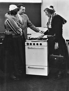 1965. Zullen we nu een aardgasfornuis kopen of niet?. Dit was vrijdag de grote vraag voor deze twee vrouwen in markense klederdracht die tijdens een bezoek aan de voorjaarsbeurs bij de stand van een amerikaanse firma de nieuwste modellen aardgasovens zagen.