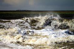 Wellenspiel am Strand von Norderney.