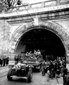 [Photo] African-American soldiers of the US Army Infantry Division entering the Galleria Giuseppe Garibaldi, Genoa, Italy, 27 Apr 1945 Giuseppe Garibaldi, Genoa Italy, American Soldiers, Us Army, World War Two, Wwii, Division, Troops, National Archives