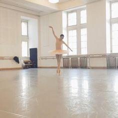 Ballet Gif, Ballet Dance Videos, Ballet Feet, Ballet Poses, Dance Choreography Videos, Ballet Dancers, Ballet Pictures, Dance Pictures, Ballet Studio