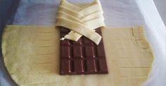 Einfach eine Tafel Schokolade in einen Blätterteig wickeln und staunen. Du wirst deinen Augen nicht trauen was da aus dem Ofen kommt. Tolle Rezepte beherrschen zurzeit das Internet. Doch dieses Rezept wird die Naschkatzen und Schokoladenfans unter euch aus den Socken hauen. Mit wenigen Zutaten entsteht hier etwas super Leckeres. Hier lernst du aus einer Tafel Schokolade, Blätterteig und ein wenig Ei ganz simpel und schnell einen fantastischen Schokostrudel zu kreieren.