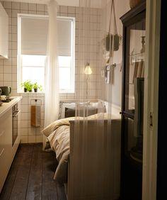 HEMNES Tagesbettgestell in Weiß dient in diesem Bild als Sofa mit zwei Klapptischen davor, die fürs Frühstück genutzt werden.