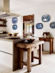Gilly Newberry's house in Mallorca   House & Garden Farmhouse Remodel, Kitchen Remodel, Farmhouse Style, Yorkshire, English Country Kitchens, China Kitchen, China Platter, Decoracion Vintage Chic, Under The Tuscan Sun