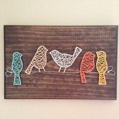 Esta placa incorpora cinco pájaros en un alambre. Perfecto para su pared de la galería o cualquier pared.  Opciones personalizadas * color de la mancha * colores cadena * número de aves  Medidas de tablero de 11 x 14