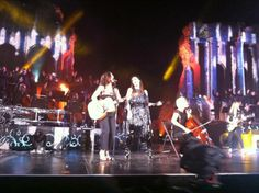 Laura Pausini e Paola Turci sul palco del Teatro Antico di Taormina. Paola Turci ha suonato indossando l'anello firmato GIULIANAdiFRANCO