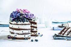 Poslední roky u mě v létě vedl pusinkový dort Pavlova na mnoho a mnoho způsobů, ale letos mám nového favorita. Už jsem zkoušela mnoho verzí a je vždy výborný, lehký i svěží a tak ideální ne jen na léto. Můžete si jej podle sezóny a dostupných ingrediencí upravovat. Doufám a trochu i věří...