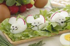 I topolini di uova sono un antipasto simpatico e originale fatto con uova sode e decorato con ravanelli, olive, rosmarino e erba cipolinna.