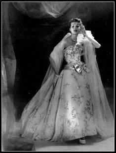 Model in gorgeous evening gown of silver and sky blue embroidery on white organza, pale blue satin bow on the hip with tulle stole by Jacques Fath, photo by Georges Saad, 1953 Jacques Fath, Vintage Gowns, Vintage Mode, Vintage Outfits, Vintage Style, Vintage Clothing, Fifties Fashion, Retro Fashion, Fifties Style
