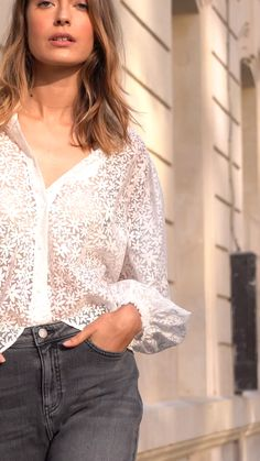 Slip into our utilitarian shirts and printed blouses this season and give your everyday wardrobe a fresh update. French Chic Fashion, Timeless Fashion, Over 40 Outfits, Casual Outfits, Spieth Und Wensky, Blouse And Skirt, Blouse Styles, Lace Tops, Printed Blouse