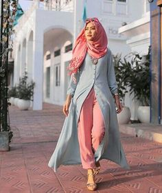 Modest fashion or Muslim fashion, thanks to social media influencers, has gained international recognition and popularity. Here we will look at the trending hijab fashions. Islamic Fashion, Muslim Fashion, Modest Fashion, Fashion Dresses, Style Fashion, Fashion Ideas, Hijab Outfit, Hijab Dress, Modest Wear