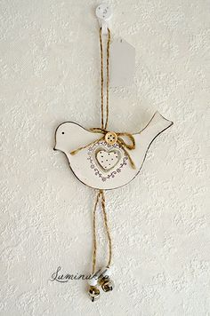 Valkoinen puinen linturiipus, kokonaispituus 25  cm // White wooden bird, total length 25 cm