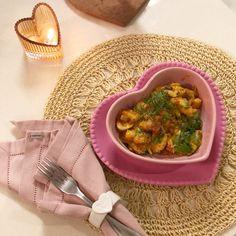 Para comprar nossas louças acesse nosso site, tudo em formato de coração Romance And Love, Chana Masala, Fill, Ethnic Recipes, Mini Heart, Glass Coffee Cups, Mugs, Everything, Rice