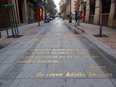 Hoy es el Día Mundial de la Poesía ¿qué mejor para celebrarlo que pasear por el Barrio de las Letras? #madrid pic.twitter.com/PqrqPkXGC5