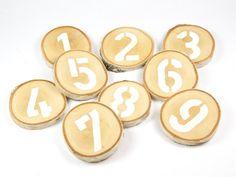 Tischnummern 1-9 - weiß von Ringelspatz auf DaWanda.com  Tischnummern aus Holzscheiben / Hochzeitsdeko / Platzkarten