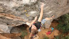 Se você gosta de escalar, a Serra do Cipó é um dos melhores lugares aqui no Brasil para iniciantes e profissionais praticarem esse esporte em rochas calcárias, típicas da região. Na maioria das vezes, a escalada é feita em duas pessoas: o guia, com mais experiência, técnica e normalmente conhecedor da via (rota), e quem está praticando a escalada.