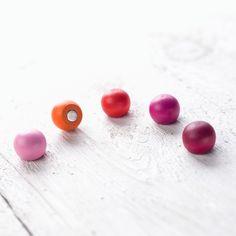 Magnet Holz Kugeln in Rottönen von haftbar, magnete und mehr auf DaWanda.com