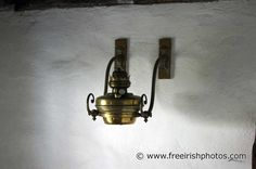 old_wall_mounted_oil_lamp.jpg (1200×797)
