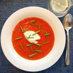 PAPRIKA- OG TOMATSUPPE Caprese Salad, Sour Cream, Panna Cotta, Cooking, Ethnic Recipes, Chili, Food, Kitchen, Dulce De Leche