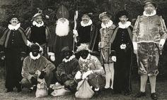 Sinterklaas staande tussen zijn Pieten en  herauten, jaren 60 in Ermelo