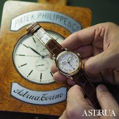 Il Patek Philippe Complicazioni 5035J-001 è un'orologio che ha fatto la storia. È stato il primo orologio calendario annuale, complicazione che Patek ha inventato e brevettato.  In oro giallo, quadrante argento con indici romani applicati in oro è un segnatempo unico.