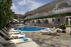 Axos || This recently refurbished, 3-star hotel is conveniently located in Platanias, Crete΄s most well-known seaside village, 100 metres from a sandy beach and 5 km from the historic city of Rethymno.