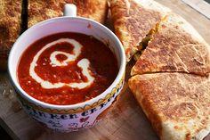 mexicaanse tomatensoep van Jamie || tomatenblokjes, geroosterde rode paprika, lente-ui, koriander, knoflook, basmatirijst, rode peper, limoen, room, kokend water, olijfolie, peper en zout