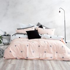 For great style all year round, look no further than Enzi. Featuring a simple, hexagonal print in a stunning dusky pink and grey colour palette, Enzi also comes with a classic monochrome reverse print – you get two chic looks in one!