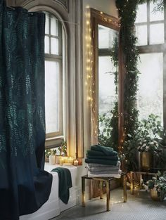 Christmas collection by HM Home 〛 ◾ Photos ◾Ideas◾ Design Green Shower Curtains, Deco Champetre, Sweet Home, Hm Home, Elle Decor, Home Interior, Christmas Home, Christmas Bathroom, Sweden Christmas