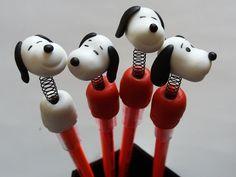 Lápis com ponteiras decoradas com Snoopy em biscuit. http://www.elo7.com.br/lapis-com-ponteiras-snoopy-em-biscuit/dp/67FCD9