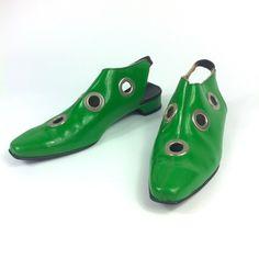 années 1960 vert poison rivet MOD chaussures / chaussons par Topoftheshops sur Etsy https://www.etsy.com/ca-fr/listing/194589636/annees-1960-vert-poison-rivet-mod