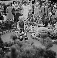 Linnanmäen huvipuisto   Bonin Volker von 1.8.1968—31.8.1968   Helsingin kaupunginmuseo   Linnanmäen huvipuisto. Lasten autorata. -- negatiivi, filmi, mv
