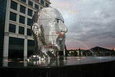 頭です。光ってます。ステンレス鋼、ホリゾンタル・レイヤーなデザインで男性の顔を形成したインスタレーション作品「METALMORP...