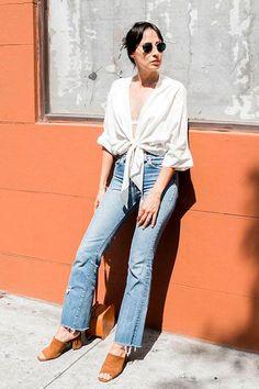 Mule de salto grosso: a peça queridinha das fashion girls. Camisa branca com nozinho na cintura, calça jeans com a barra desfiada, sapato de camurça caramelo
