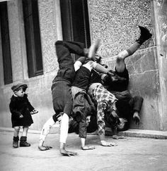 lylaandblu: By Robert Doisneau (1936) this is such a moment to capture… i'm incredibly in love.