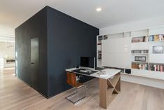 Model skryté zárubně DURUS 45 pro dveře do výšky 2300 mm. Corner Desk, Loft, Furniture, Home Decor, Lofts, Corner Table, Home Furnishings, Interior Design, Home Interiors